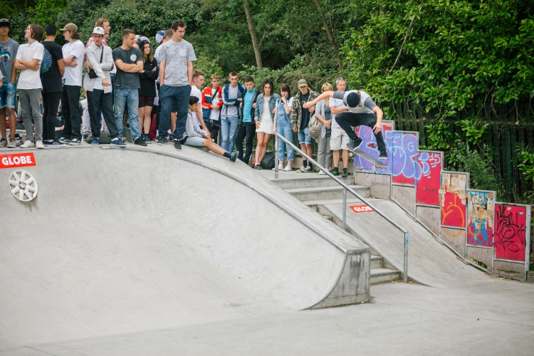 Fries Taillieu, Kickflip over the rail and into the bank, Photo: CJ.