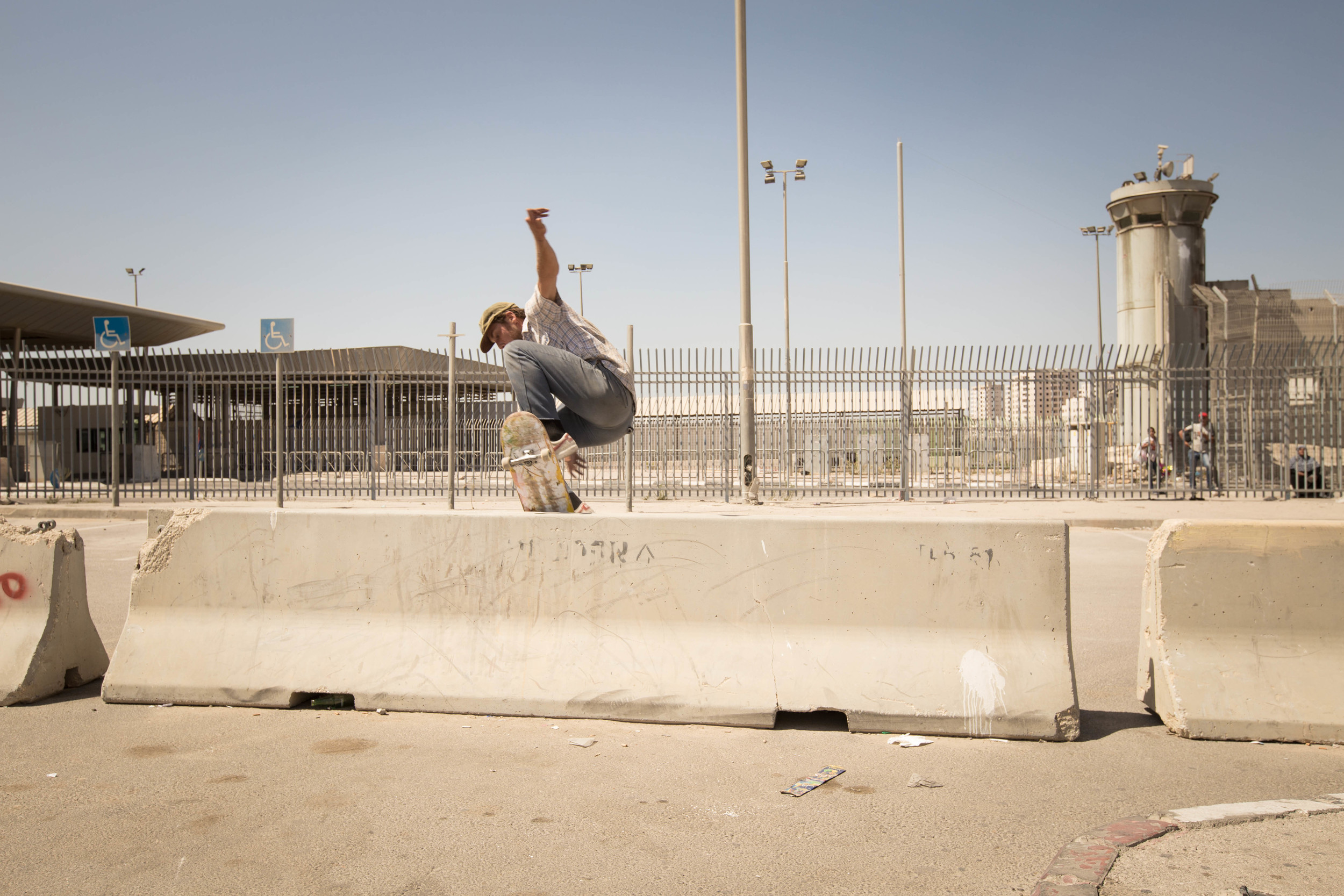 Chris Jones, switch wallie, Qalandia checkpoint, 2015, photo: Emil-Agerskov / SkatePal